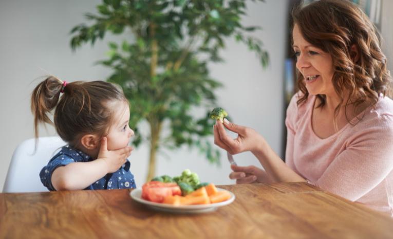 La importancia de una alimentación adecuada en niños. Evitar la obesidad infantil